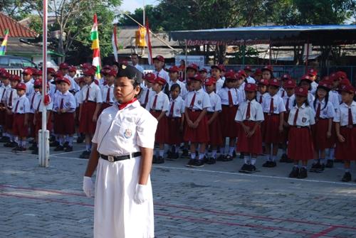 Pemimpin upacara oleh seorang siswi