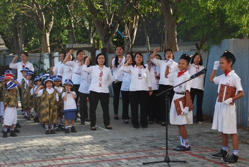 Guru-guru meneriakkan MERDEKA saat upacara